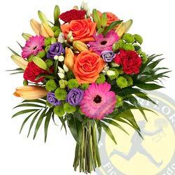 Colori in mazzo (Bouquet con gerbere rose arancioni e rosse, fiori di stagioni)